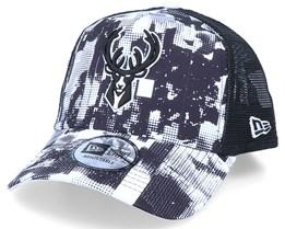 Milwaukee Bucks NBA Error Print A-Front White/Black Trucker - New Era